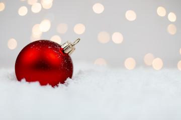 Czerwona bombka na śniegu