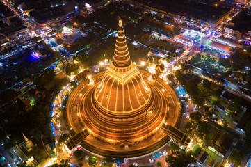 Large golden pagoda Located in the community at sunset , Phra Pathom Chedi , Nakhon Pathom , Thailand .