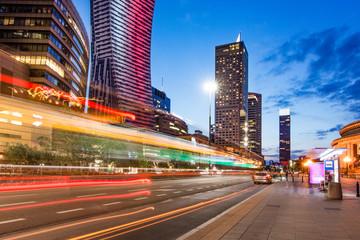 Warszawa nocą, długi czas naświetlania, smugi światła samochodów, Pałac Kultury w tle, Polska