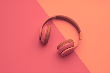 Papiers peints Magasin de musique Minimal fashion, Trendy headphones. Music vibration on pink geometry background. Hipster DJ accessory Flat lay. Art creative summer vibes fashionable pop art style. Sweet pastel color, gel filter