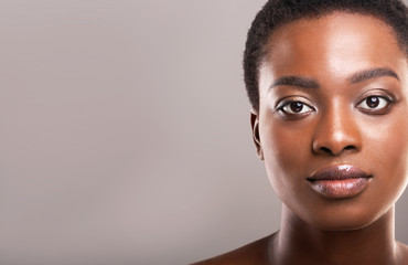 Fototapete - Beautiful afro woman with flawless skin and light makeup