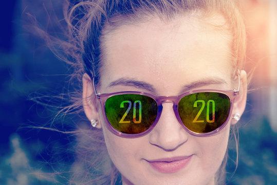 Eine Frau blickt auf das Jahr 2020