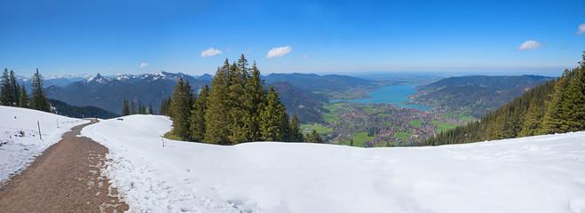Wanderweg am schneebedeckten Wallberggipfel mit Blick ins Tegernseer Tal