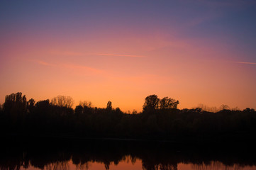 In de dag Rood traf. Beautiful November sunset in the park.