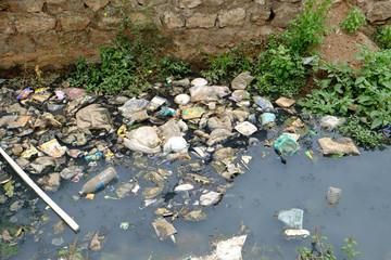 南インドの街でゴミの捨てられた用水路