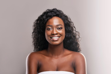 Fototapete - Portrait of beautiful smiling black girl with flawless skin