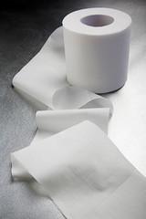 Rotolo di carta igienica con striscia aperta