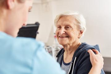 Therapeutin motiviert Seniorin als Patient Fotomurales