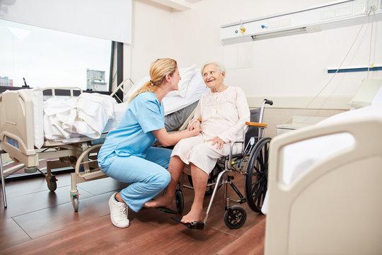 Krankenschwester kümmert sich um Seniorin