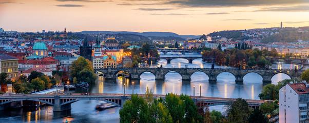 Foto op Aluminium Praag Panoramablick über das beleuchtete Prag nach Sonnenuntergang am Abend im Herbst mit Altstadt und Karlsbrücke über die Moldau, Tschechien