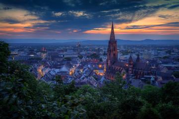 Panorama von Freiburg zur blauen Stunde Fototapete