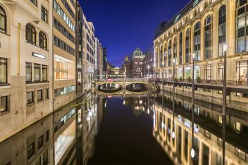 Einzelhandel Zentrum Hamburg Bleichenfleet abends