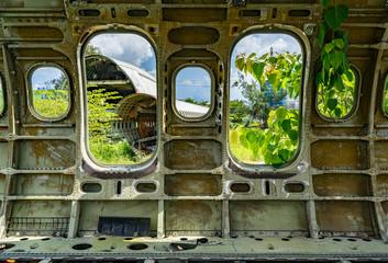 Blick aus den Fenster eines alten Flugzeugrumpfs