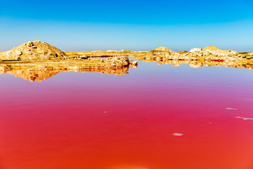 Spoed Fotobehang Rood traf. Red salty lake in Namibia