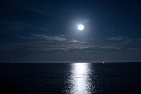 満月の月明かりが描くムーンライトリバー