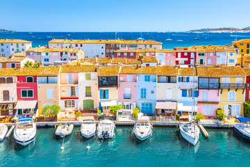 Papiers peints Navire View Of Colorful Houses And Boats In Port Grimaud During Summer Day-Port Grimaud, France