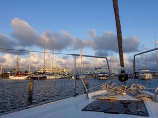 Bug einer Segelyacht im Hafen bei Sonnenaufgang