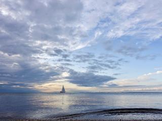 Blick auf das Meer mit Wolken und Segelyacht