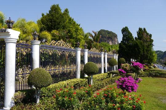 Garten mit Gartenzaun in Südostasien