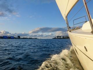 Segelyacht unter Segeln in Fahrt Richtung Ostsee