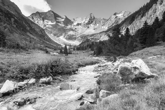 Wildbach vom Gletscher im Zillertal in schwarz weiß