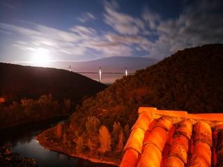 Photo sur Aluminium Marron pleine lune sur le viaduc de Millau - Aveyron