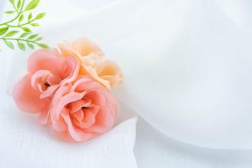 花と白い布