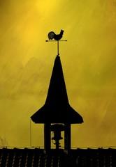 Wetterhahn und Sirene auf dem Dach einer Feuerwehr, abstrakt gold textured