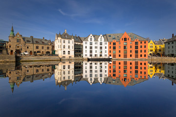 Foto auf Gartenposter Stadt am Wasser Colorful architecture of Alesund reflected in the water, Norway