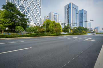 The expressway and the modern city skyline are in Chongqing, China. Fotomurales