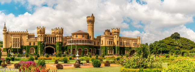 Bangalore Palace is a palace located in Bangalore, Karnataka, India. Fotomurales