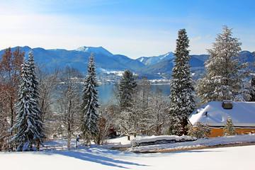 sonnige Winterlandschaft am Tegernsee, Ostiner Höhenweg, mit Blick zum Hirschberg