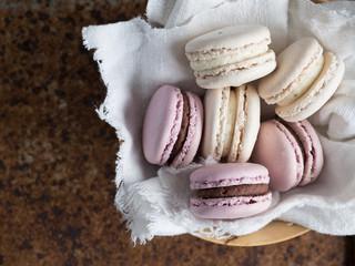 Tuinposter Macarons macarons fresa vainilla y chocolate en cesta vista cenital