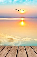 Photo sur Plexiglas Beige paisaje vertical de un atardecer en el mar en calma