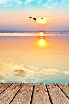 paisaje vertical de un atardecer en el mar en calma