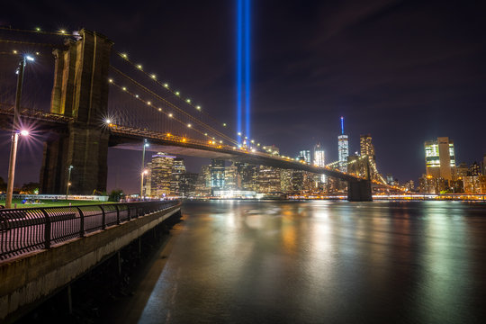 Views of the Brooklyn Bridge at night