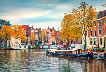 Papiers peints Amsterdam Splendid autumn scene of Amsterdam city. Famous Dutch channels and great cityscape. Colorful morning landscape in Netherlands, Europe. Traveling concept background..