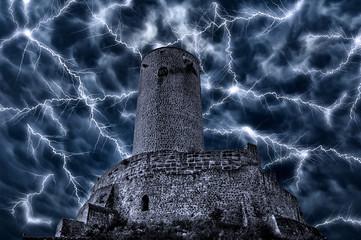 Ein gespentische Burgruine bei einem Unwetter