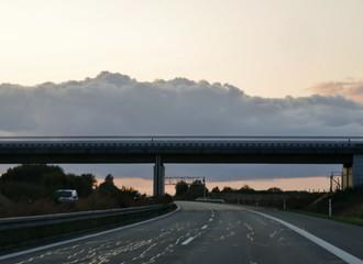 Abenddämmerung über Brücke