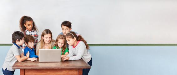 Kinder in Grundschule am Computer im Internet