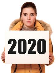 Junge Frau hält Schild mit 2020