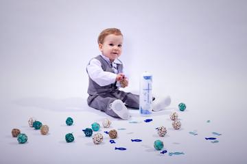 Kleines Kind spielt im Fotostudio