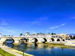 Türaufkleber Dunkelblau Bridge over Vardar river in central Skopje, North Macedonia