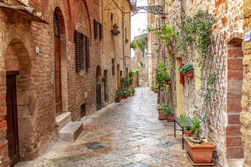 Tuinposter Smal steegje Volterra medieval town Picturesque houses Alley in Tuscany Italy