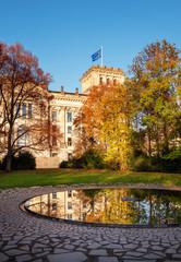 Reichstag  mit Europafahne am Denkmal für Sinti und Roma im Berliner Tiergarten