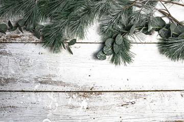 Weihnachten und Winter Hintergriund - Grüne Zweige auf altem Holzuntergrund