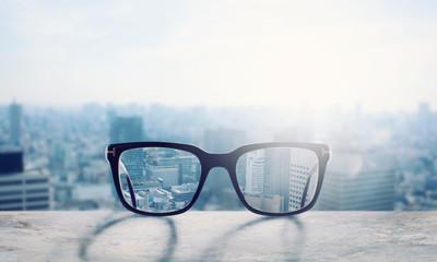Glasses that correct eyesight from blurred to sharp Fototapete