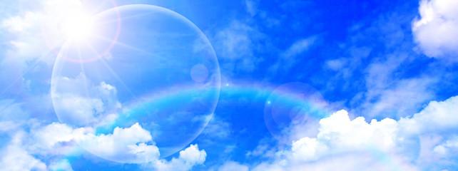 虹が架かる空と太陽光線 Fotobehang