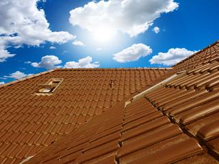 Fototapeta pokryty dachówką ceramiczną dach domu jednorodzinnego  obraz
