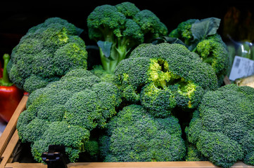 Papiers peints Bruxelles broccoli in a wooden box, market. Farm eco products. Rome, Italy